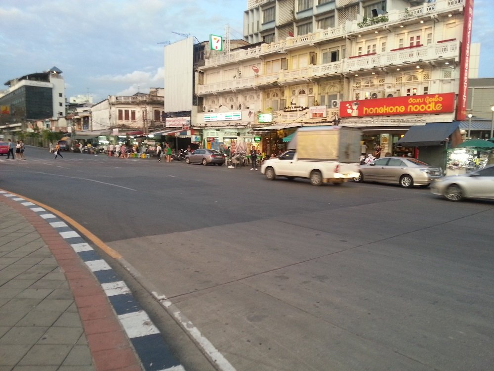 Restaurants across the road from Bangkok Train Station