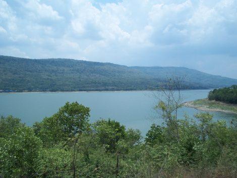 The train from Surin to Bangkok passes by Lumtakong Lake